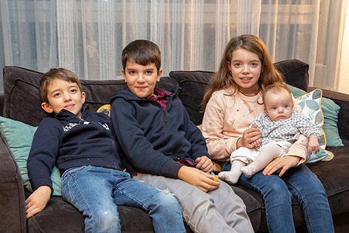 Léonie rencontre ses cousins Sara, Naël et Zak